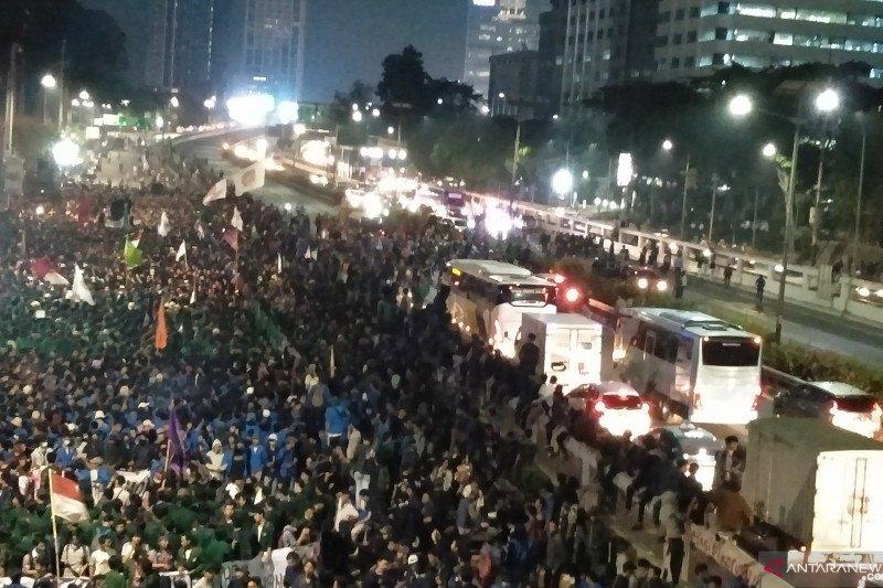 Demo tolak RKUHP, mahasiswa memblokade jalan tol S Parman