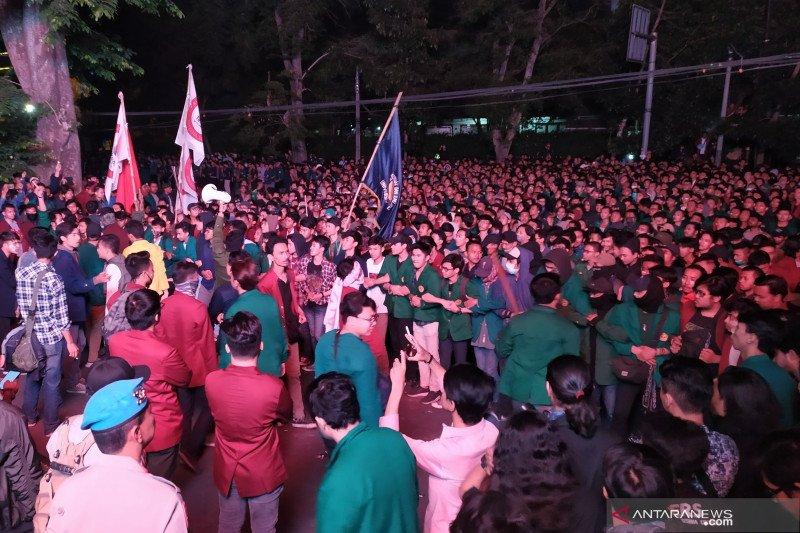 Ribuan mahasiswa aksi masih bertahan di gedung DPRD Jabar