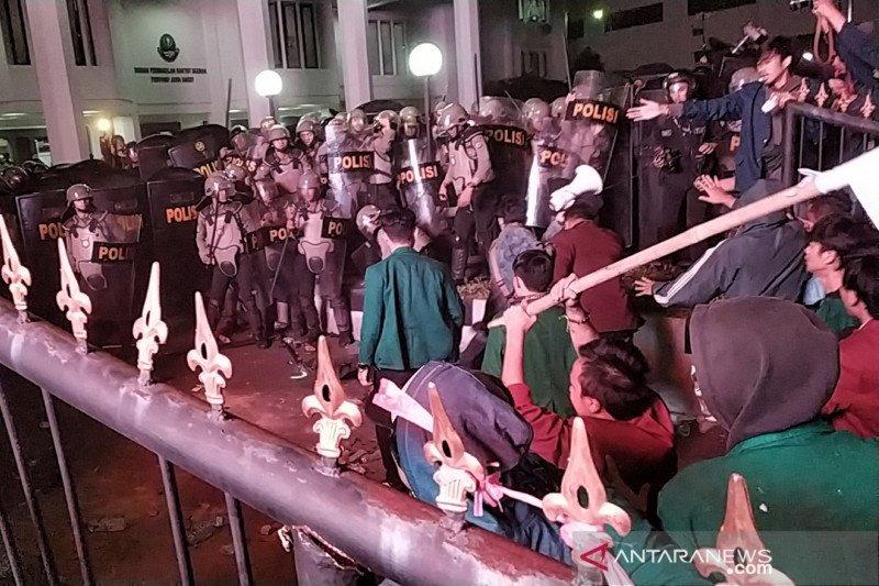 Kerusuhan pecah dalam aksi ribuan mahasiswa di kantor DPRD Jabar