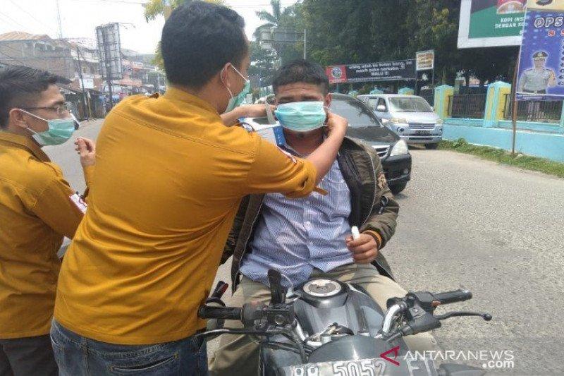 Antisipasi kabut asap, PMI Madina bagikan masker kepada warga