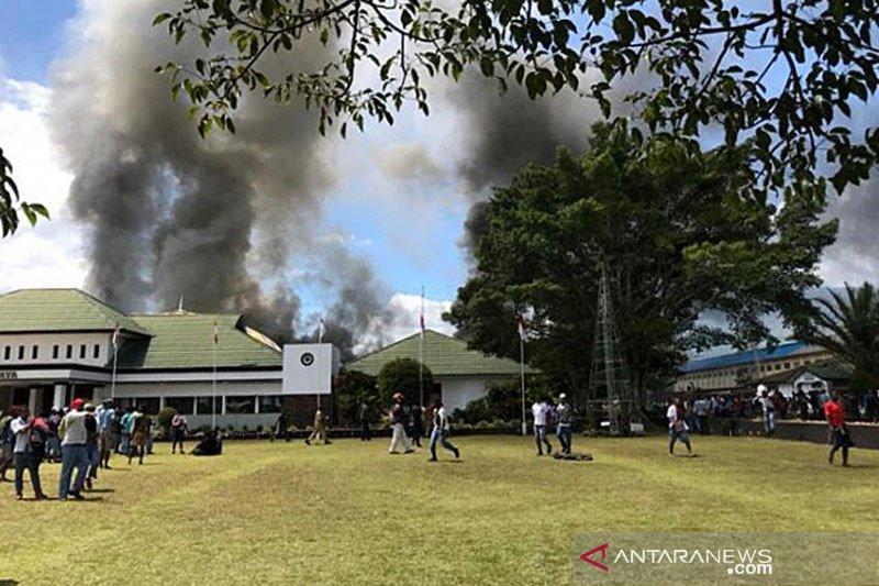 200 anak sekolah bakar kantor bupati Jayawijaya