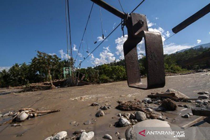 Banjir bandang Kali Cisimeut Lebak hanyutkan mobil bak terbuka