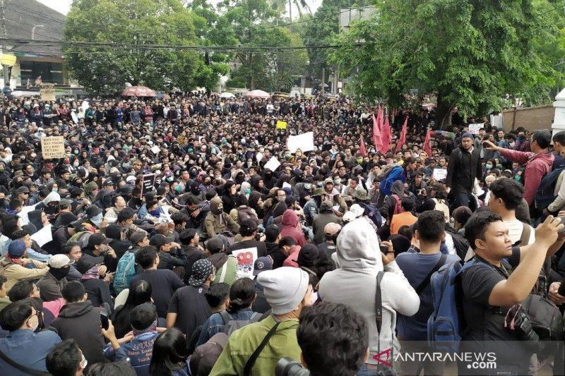 Ribuan pengunjuk rasa kembali mengepung gedung DPRD Jabar