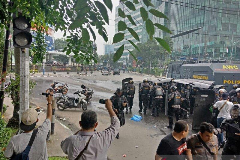 Polisi di depan kantor DPRD Sumut halau massa dengan gas air mata