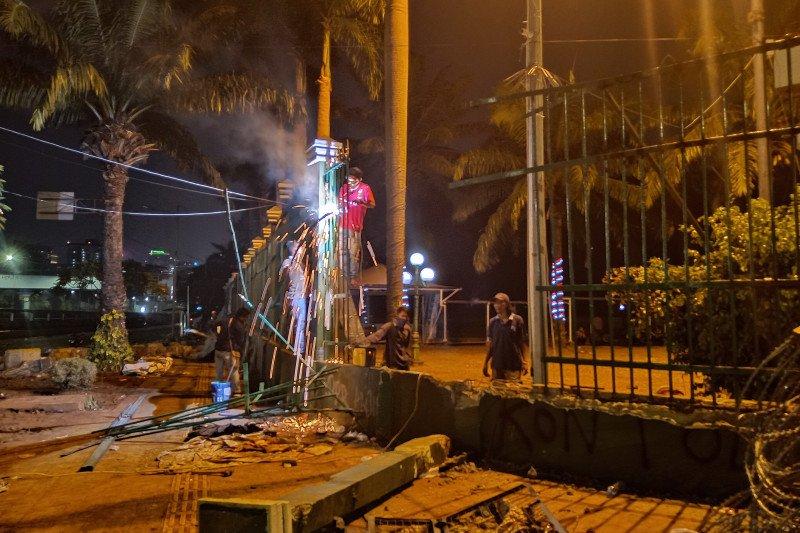 Pagar depan Gedung DPR yang jebol akibat demo mahasiswa diperbaiki