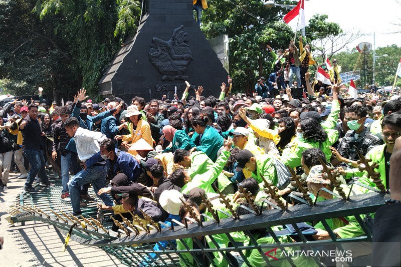 Ribuan mahasiswa jebol gerbang DPRD Jateng