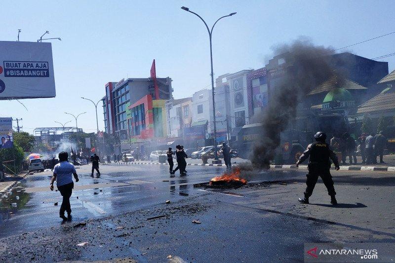 Demonstrasi mahasiswa  di Makassar bentrok