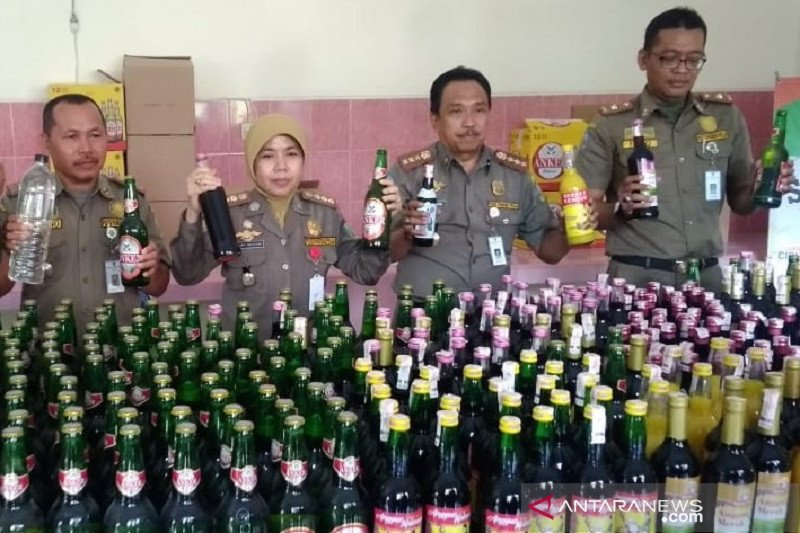 Ratusan botol minuman keras dari toko kelontong di Kudus disita