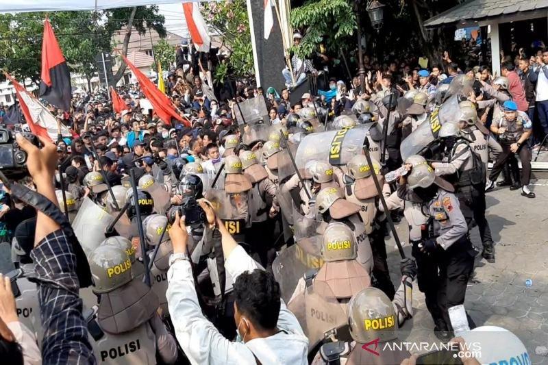 Aksi ribuan mahasiswa Solo Raya sempat ricuh