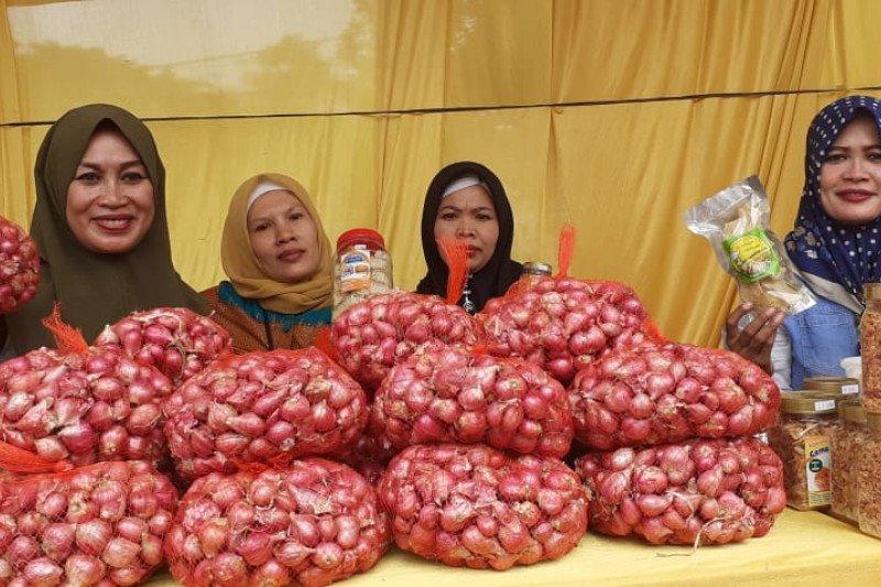 Di pasar Ambon, harga bawang merah dan putih terus turun