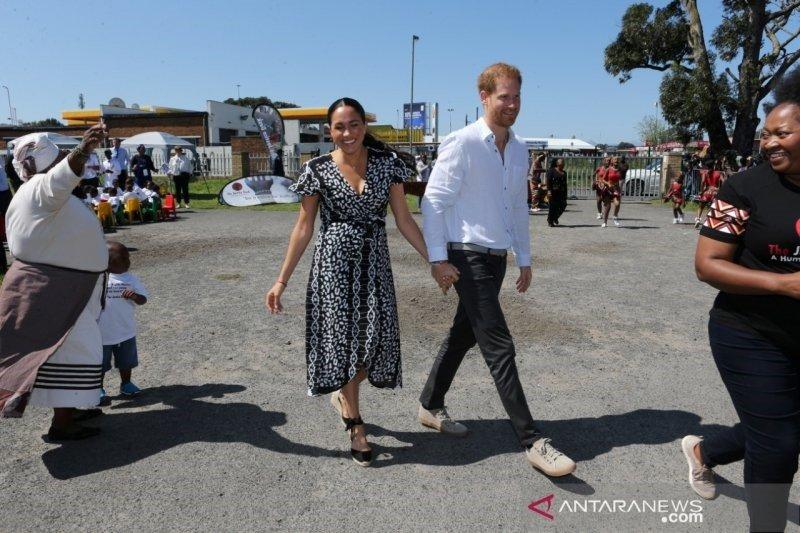 Tampil sederhana saat kunjungi Afrika, Meghan Markle kenakan gaun bercorak putih sederhana