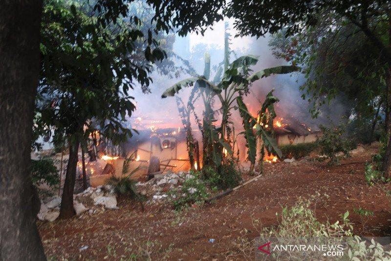 Pendemo bakar bangunan diduga pospol Pejompongan