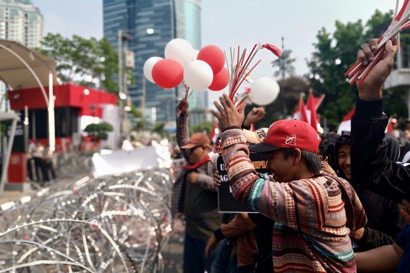 Demonstran 13 ormas pasang keranda di depan  gedung KPK
