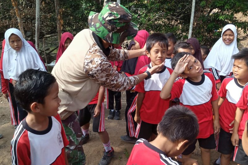 TNI Kodim Cilacap ajari siswa SD PBB