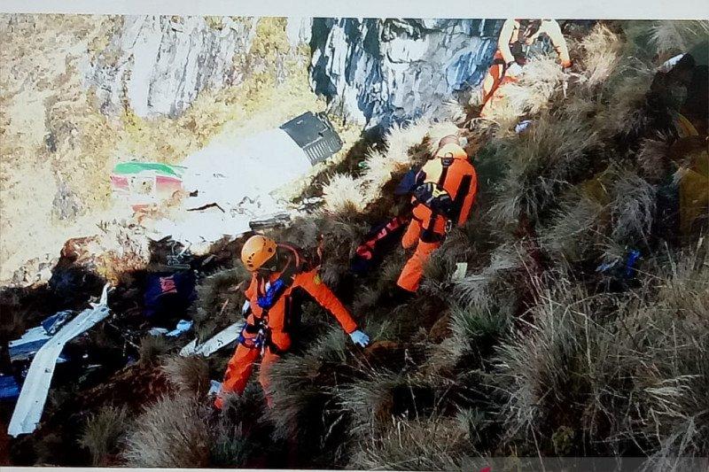 Menantang maut di pegunungan Papua demi evakuasi korban kecelakaan pesawat