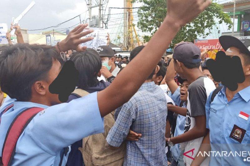 Siswa MK Mataram juga demo, ikut rasakan perihnya gas air mata