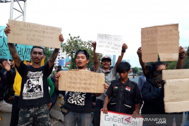 Tak setuju denda untuk gelandangan, anak punk demo tolak RKUHP di DPR