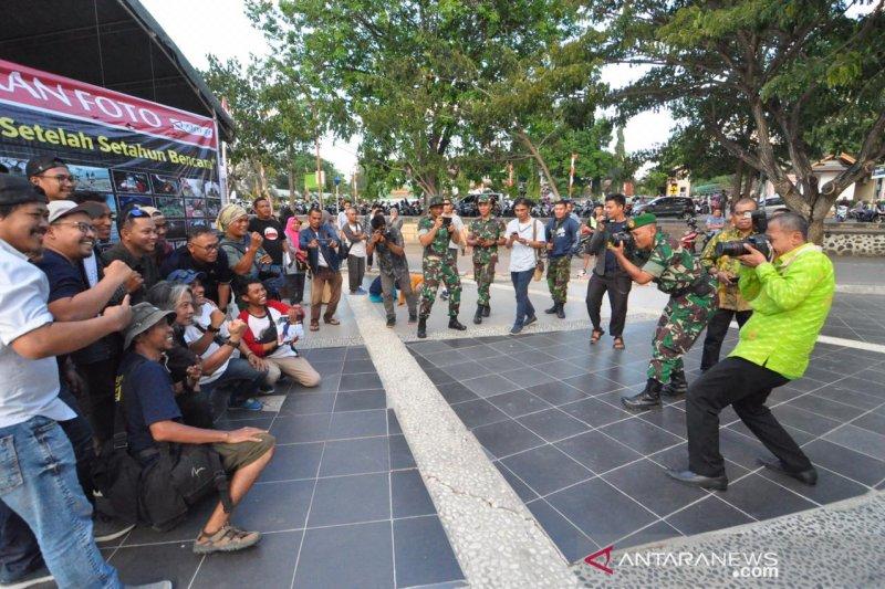 Wali Kota Palu memotret jurnalis foto