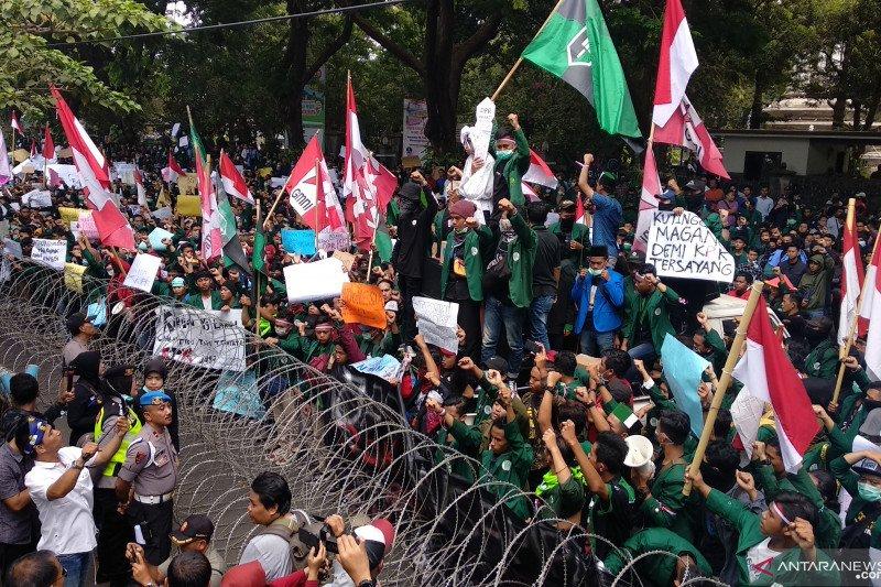 Ribuan mahasiswa Tulungagung gelar aksi tolak RUU KUHP dan UU KPK