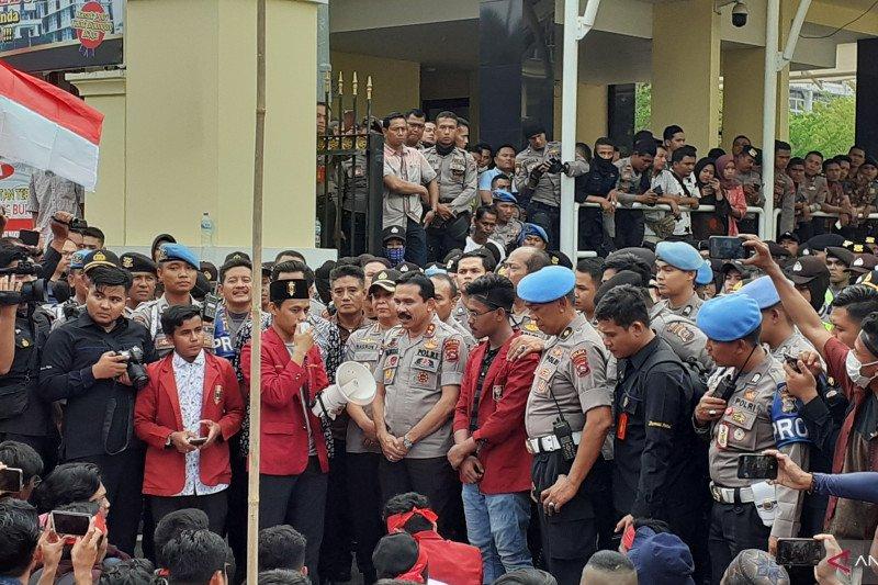Polisi antar mahasiswa demo pulang