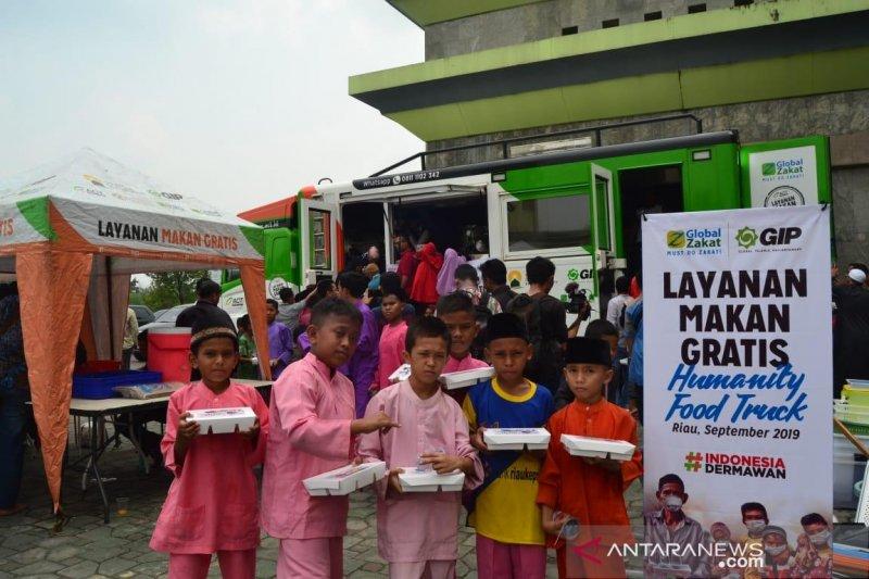 VIDEO - ACT bagi makanan dan obati warga korban bencana kabut asap Riau