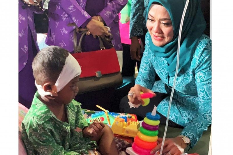 Istri Gubernur-istri Wagub Maluku kunjungi korban gempa Ambon