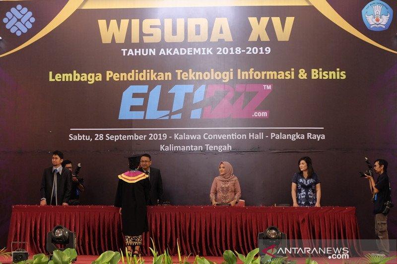 227 lulusan ELTIBIZ Palangka Raya-Banjarmasin diwisuda