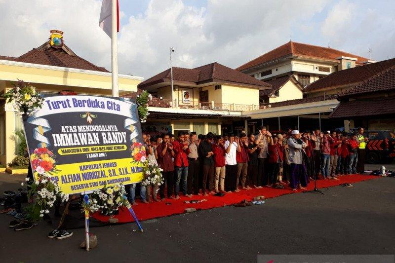 Mahasiswa-polisi Jember gelar shalat gaib untuk mahasiswa Kendari