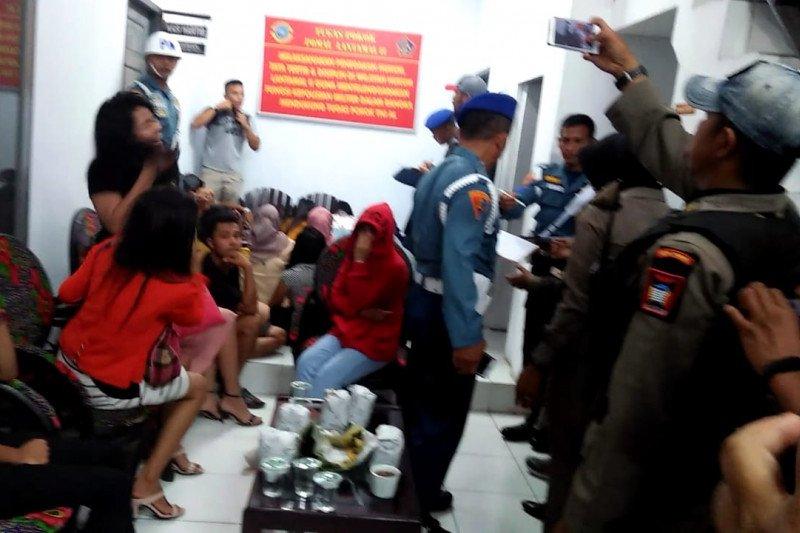 Razia Satpol PP Padang amankan belasan wanita dan ratusan botol minuman keras