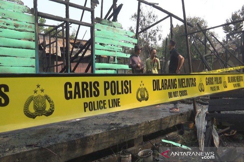 Seorang warga di Kapuas bakar rumah sendiri