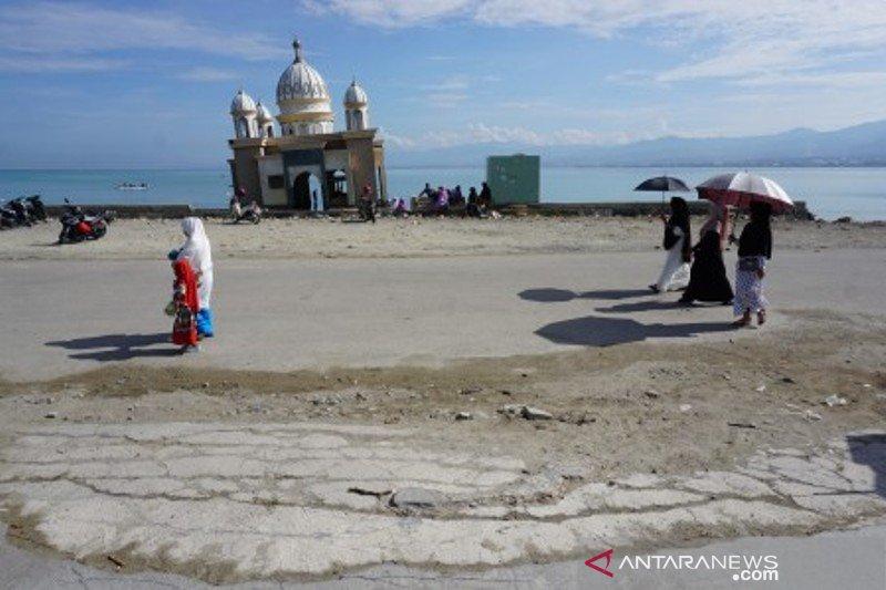 Warga berkunjung ke masjid terapung