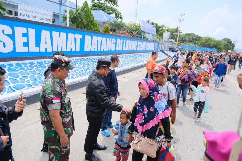 Wagub jemput langsung pengungsi Sulsel di Bandara Sentani Papua