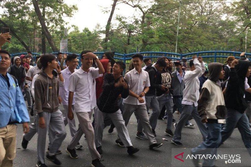 VIDEO - Siswa STM Pekanbaru yang mencoba demo dibubarkan mahasiswa