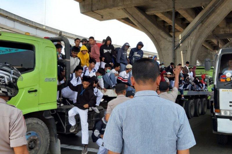 Demo DPR, Polisi cegat truk trailer pengangkut massa aksi