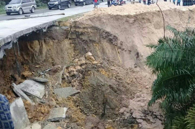 Bahu jalan di Kandis longsor, arus lalu lintas dialihkan