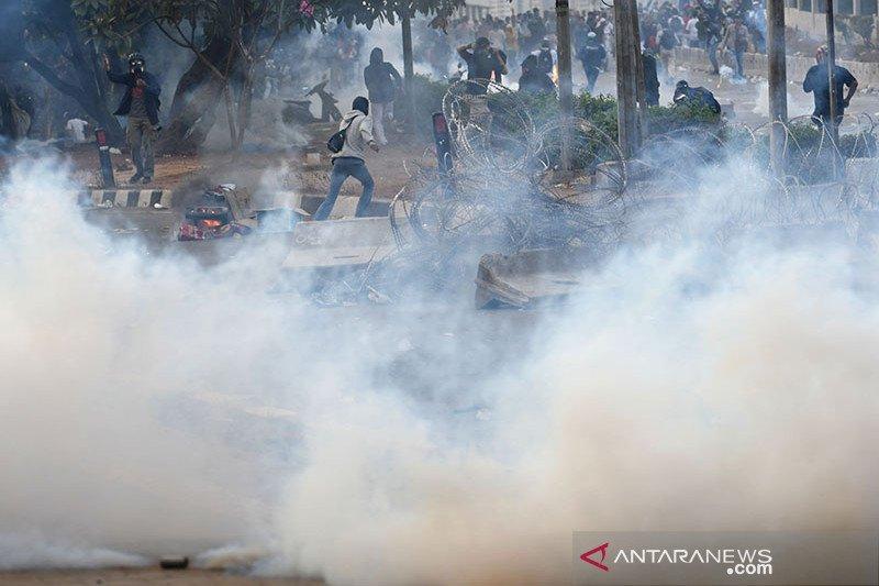 Demo DPR, polisi mulai tembak gas air mata di Jalan Gatot Subroto