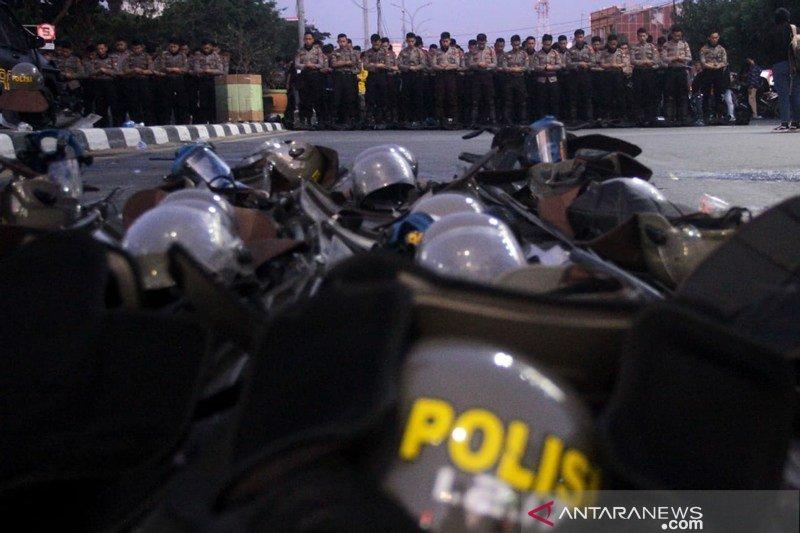 Polisi sholat berjamaah saat amankan demo Foto Page 1