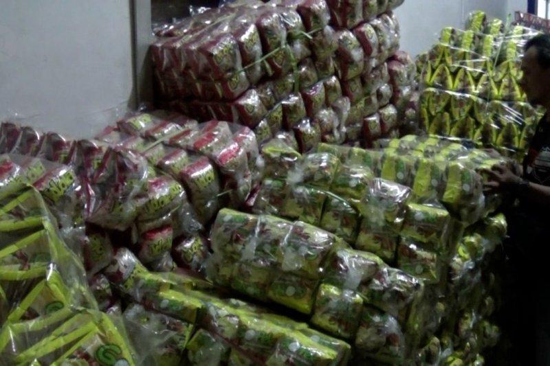 Polrestabes Surabaya gerebek pabrik makanan ringan ilegal