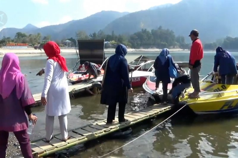 Air Telaga Sarangan menyusut, omzet sewa perahu motor menurun