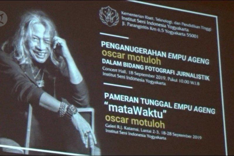 Oscar Motuloh penerima gelar Empu Ageng pertama di bidang fotografi