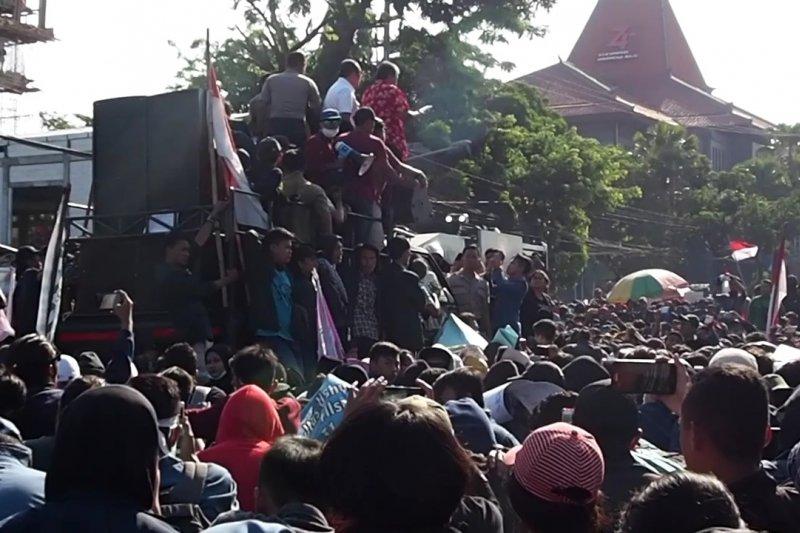 Unjuk rasa di Surabaya, polisi amankan enam orang