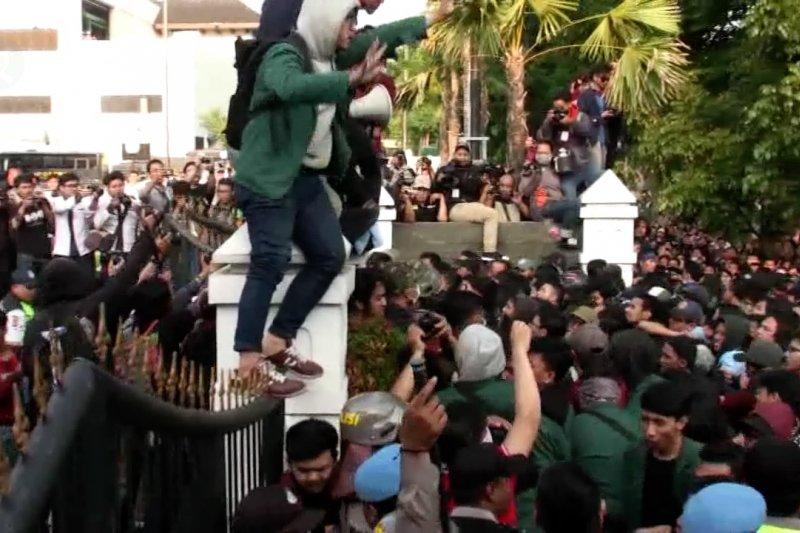 Aksi mahasiswa di Bandung diduga disusupi kelompok Anarko Syndicalisme
