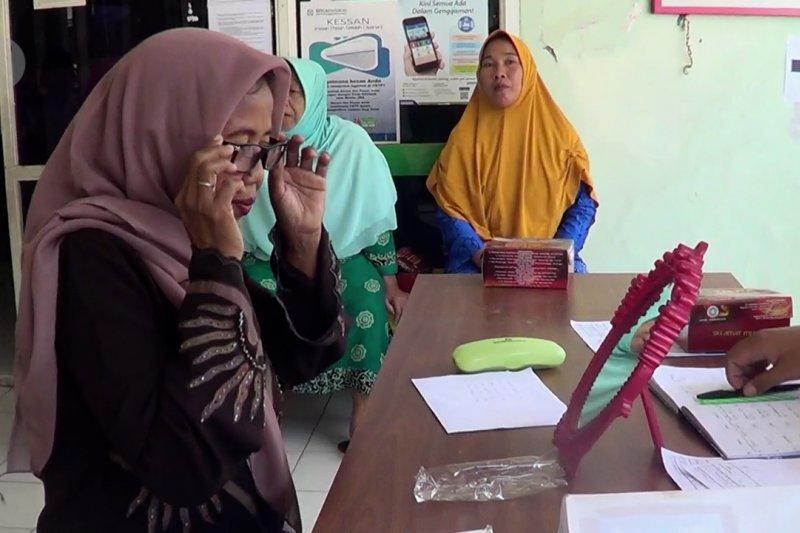 Bakti sosial PMI bagikan kacamata kesehatan