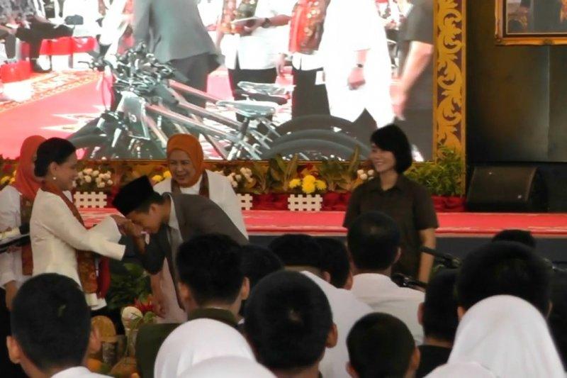 Ibu Negara bagikan sepeda hingga laptop kepada pelajar Palembang