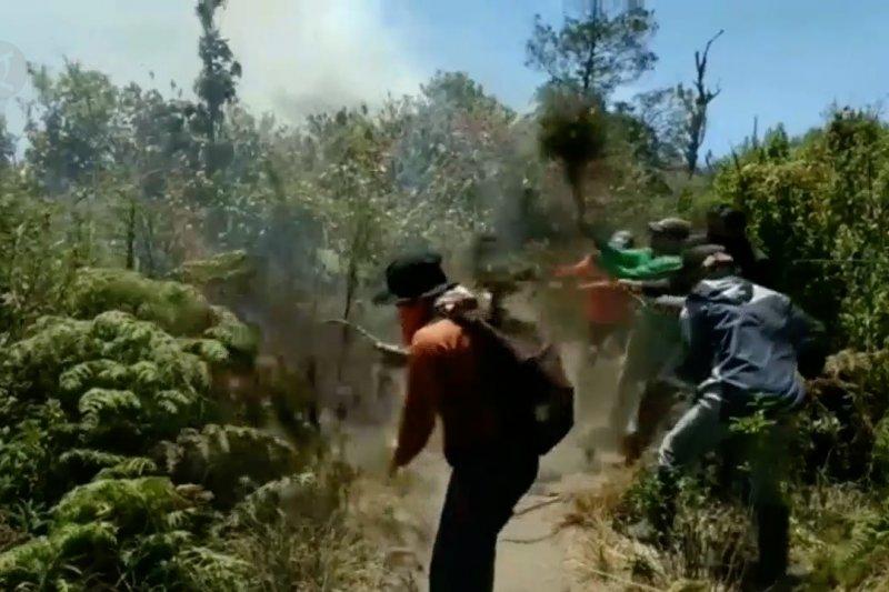 Lereng Gunung Semeru terbakar