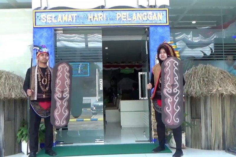Peringati Hari Pelanggan dengan kenakan kostum Papua