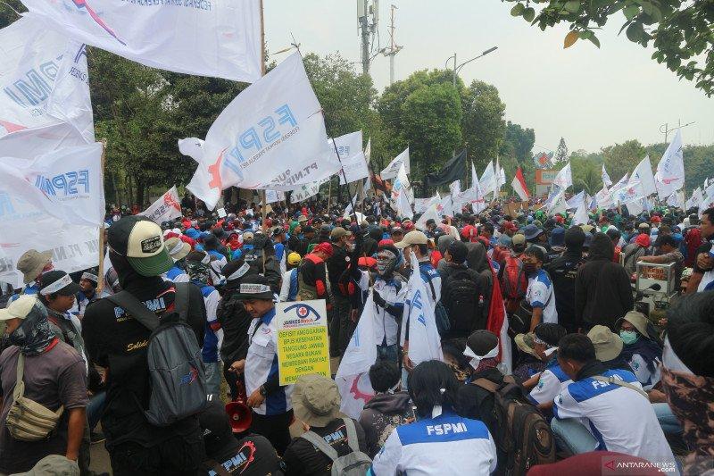 Ribuan massa buruh padati Jalan Gatot Subroto dekat DPR RI