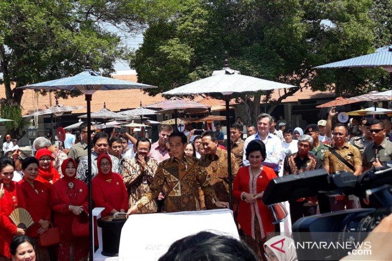 """Presiden Jokowi """"membatik untuk negeri"""" di Solo"""
