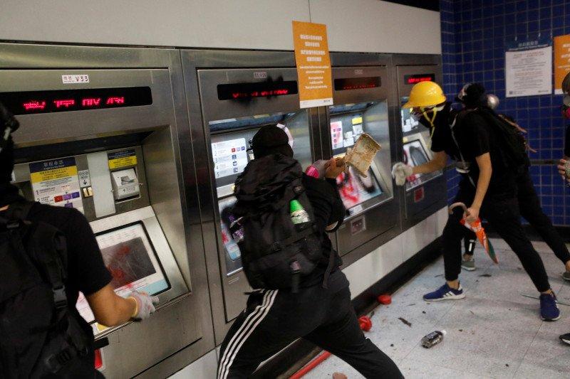 Unjuk rasa pada malam hari, jaringan KA Hong Kong ditutup