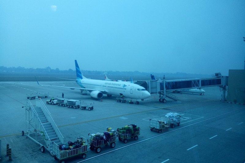 Empat pesawat berputar-putar di udara akibat kabut asap selimuti palembang